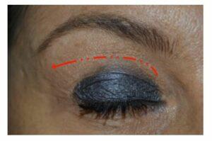 prendre soin des cils glisser le coton du coin interne de l'oeil vers l'extérieur