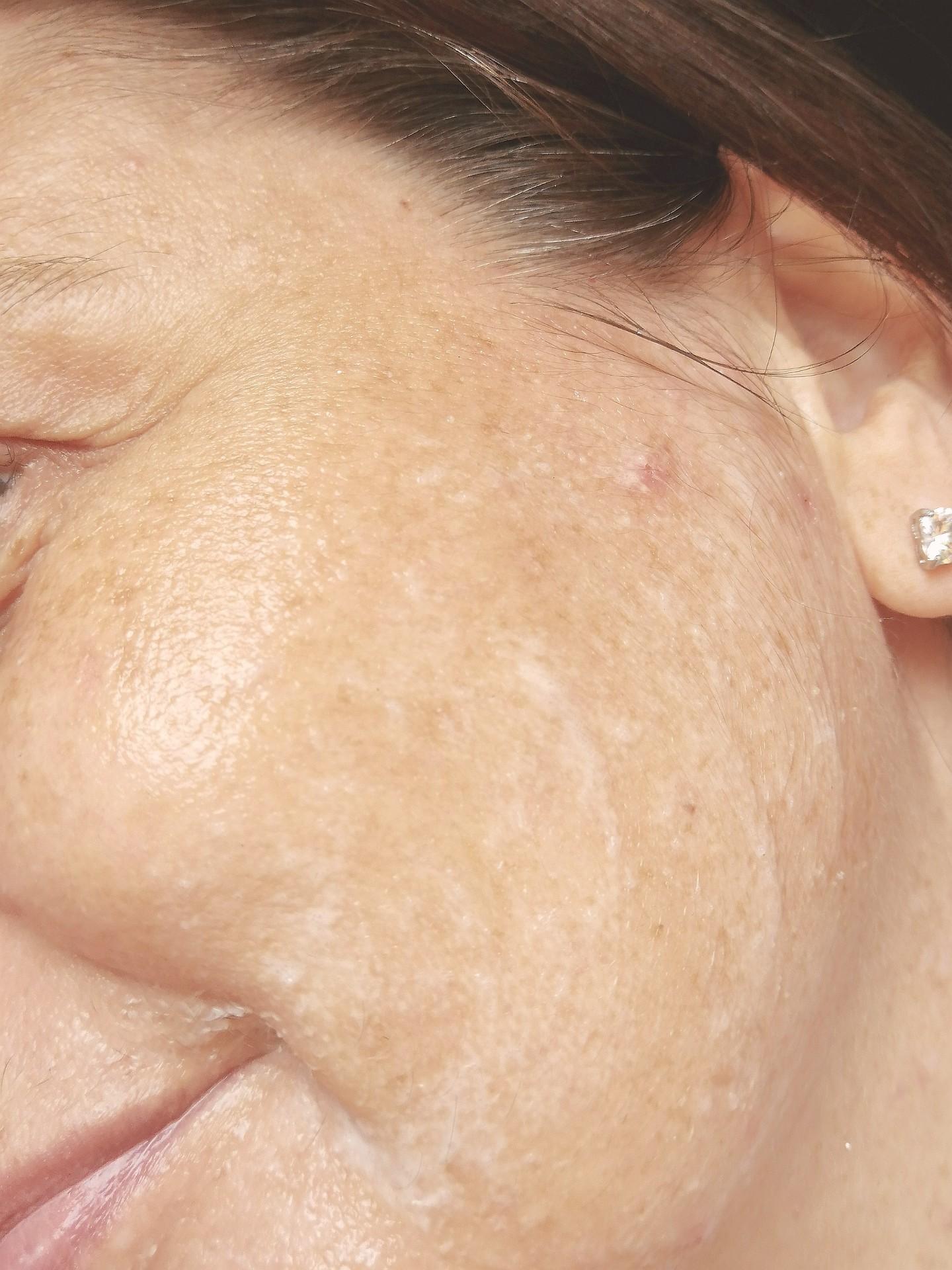 photo texture gommage sur le visage purify rice scrub de nivéa