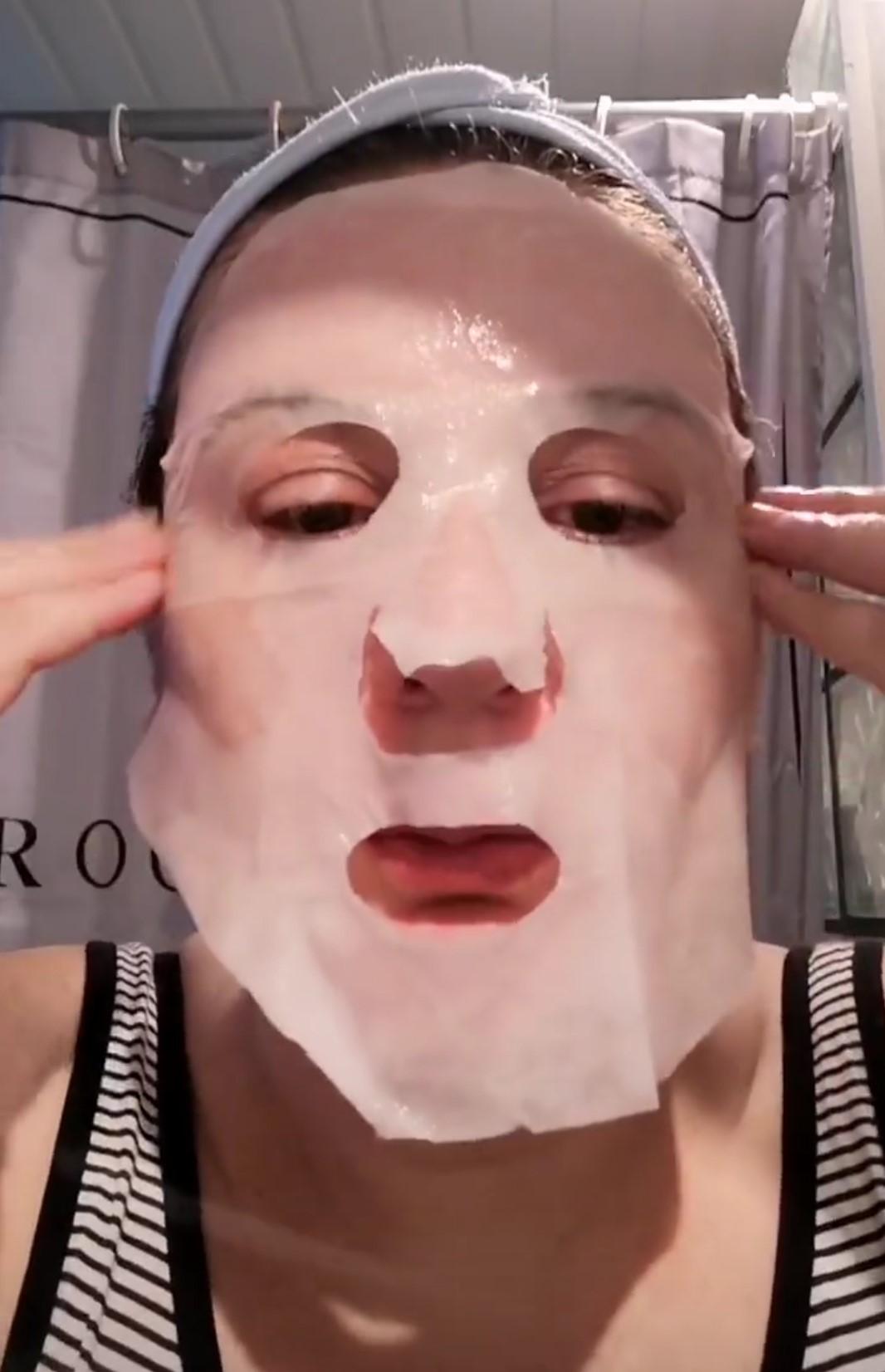 frivole et futile un sheet mask application